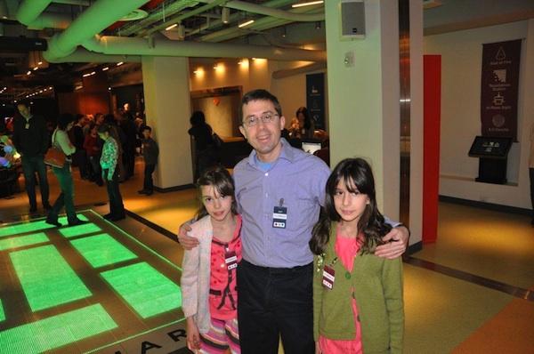Dyrektor muzeum Glen Whitney z Kimberly i Natalie.