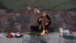 Bogda i redaktor wileńskiej gazety Henryk przy grobie Marszałka