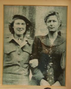 Walentyna Pacewicz (po prawej) ze szkolną  koleżanką.