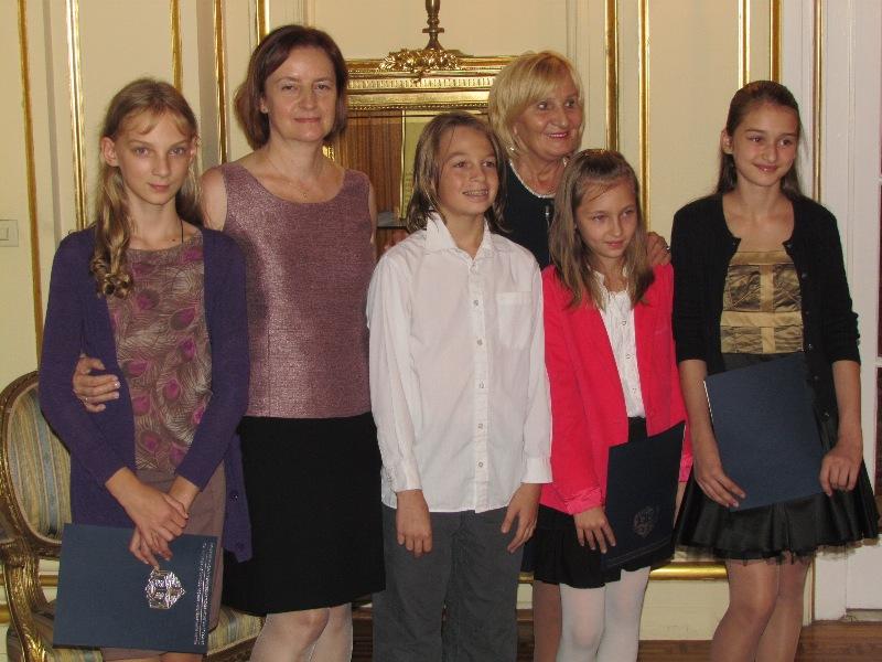 Marta Bachurska-Jóźwiak oraz Irena Biały z uczniami Polskiej Szkoły Konsularnej w Nowym Jorku.