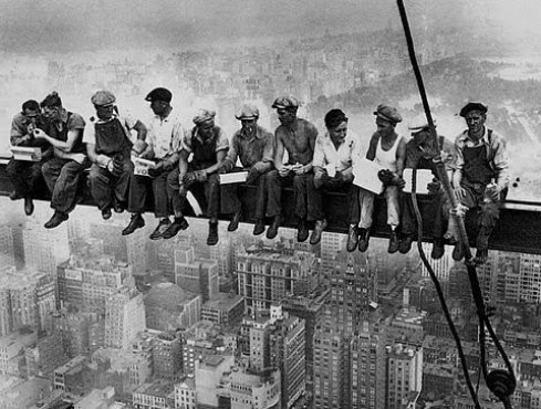 Charles C. Ebbets, Lunch atop a Skyscraper (New York Construction Workers Lunching on a Crossbeam), 1932