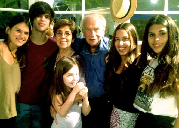Yoram z zona i wnukami.