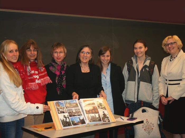 Dr Beata Gallaher (trzecia od lewej) ze swoimi studentkami. Fot. Regina Gorzkowska - Rossi