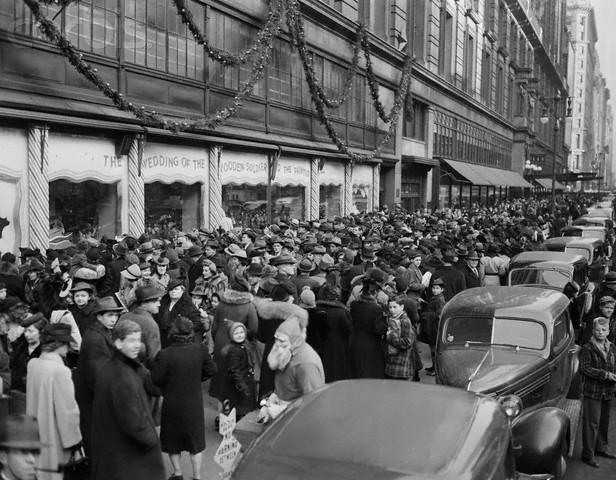 Tłum kupujących przed Macy's na Manhattanie, 1939 r.
