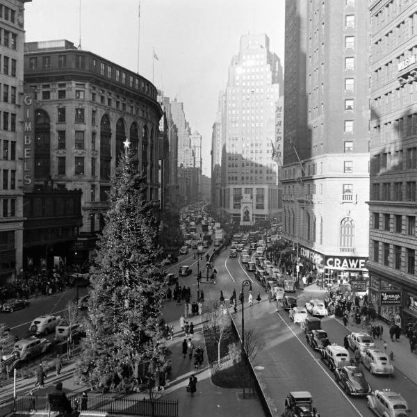 Świąteczna choinka na 52 ulicy.