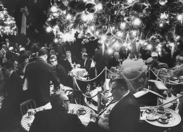 Obiad w modnej restauracji, 1962 r.