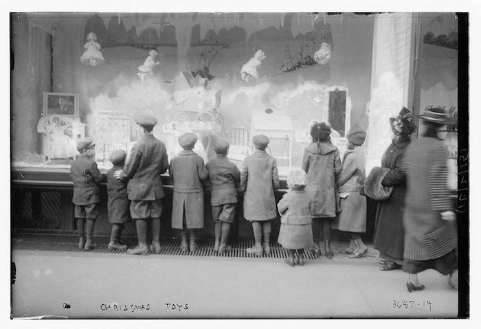 Dzieci przed wystawą Macy's
