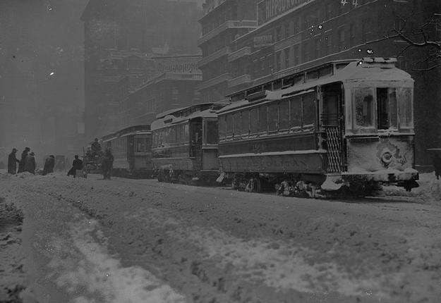Tramwaje stojace w zaspach w 1908 r. Fot. Buyenlarge / Getty Images.