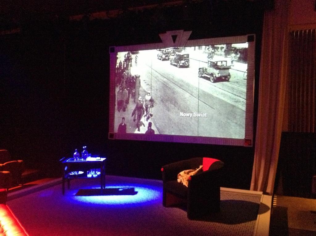Teatr Kamienica ( nad sceną zdjęcie ul. Nowy Świat sprzed II wojny światowej.)