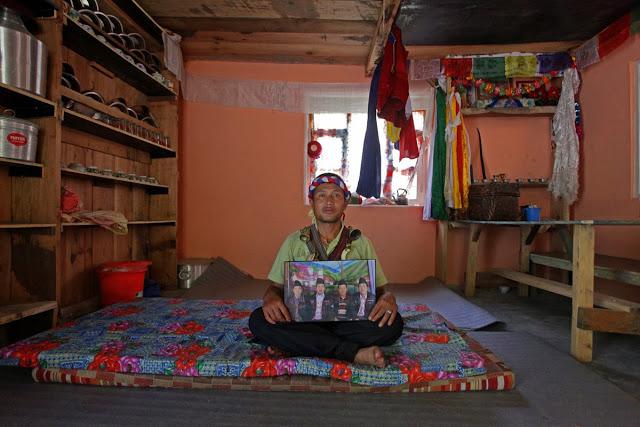 Dawa Tebzen jest maoistą. Postanowił zostać szamanem jako nastolatek, gdy jego matka była bardzo chora.