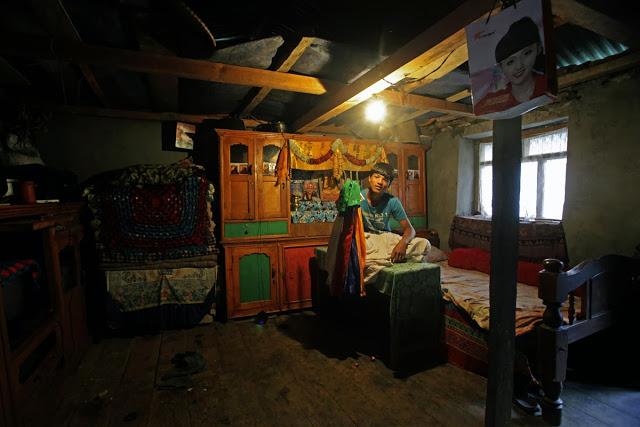 Durba Tamang nie pochodzi z rodziny o tradycji Bompo, ale obok uczęszczania do szkoły państwowej studiuje mantry Bompos (tradycyjne modlitwy).