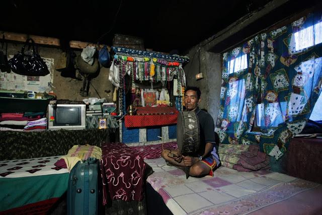 Dubsang Tamang przygotowuje swojego syna na szamana. W tym roku podczas święta Janai Purima udali się do Parvati Kunda, świętego jeziora związanego z kultem hinduskiej bogini Parvati, żony Śiwy. Jezioro znajduje się w odległości krótkiego spaceru od wioski. Po raz pierwszy w historii syn Dubsanga był ubrany w strój szamana.