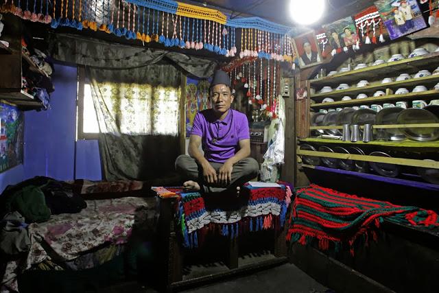 Nurbu Tamang praktykuje przez ostatnie 3 lata, by stać się w pełni wykwalifikowanym Bompo. Często podejmuje się roli pomocnika szamana podczas pudjas prowadzonych przez jego guru z Shalgarbeen.