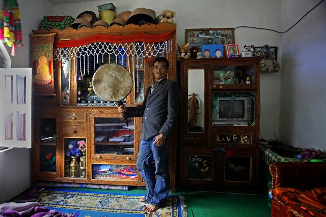 Kam Dindup pracował jako Bompo przez ostatnie 22 lat. Dla niego szaman jest pośrednikiem między ludźmi a bogami. Twierdzi, że żyjemy w drugiej dobie ludzkości, erze Buddów. Pierwsza epoka, która zakończyła się wiele lat temu, była Erą Guru Rinpocze, świętego, który przyniósł buddyzm z Himalajów.