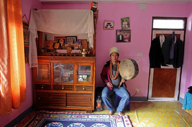 Moc Kami Tamanga z grupy szamanów z Narobeen jest znana w całych Himalajach. Czasami jest on również zapraszany do prowadzenia pudjas w Chinach.