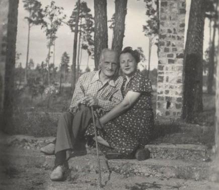Julian Tuwim z żoną Stefanią, dom w Aninie przed budową, 1948 r.
