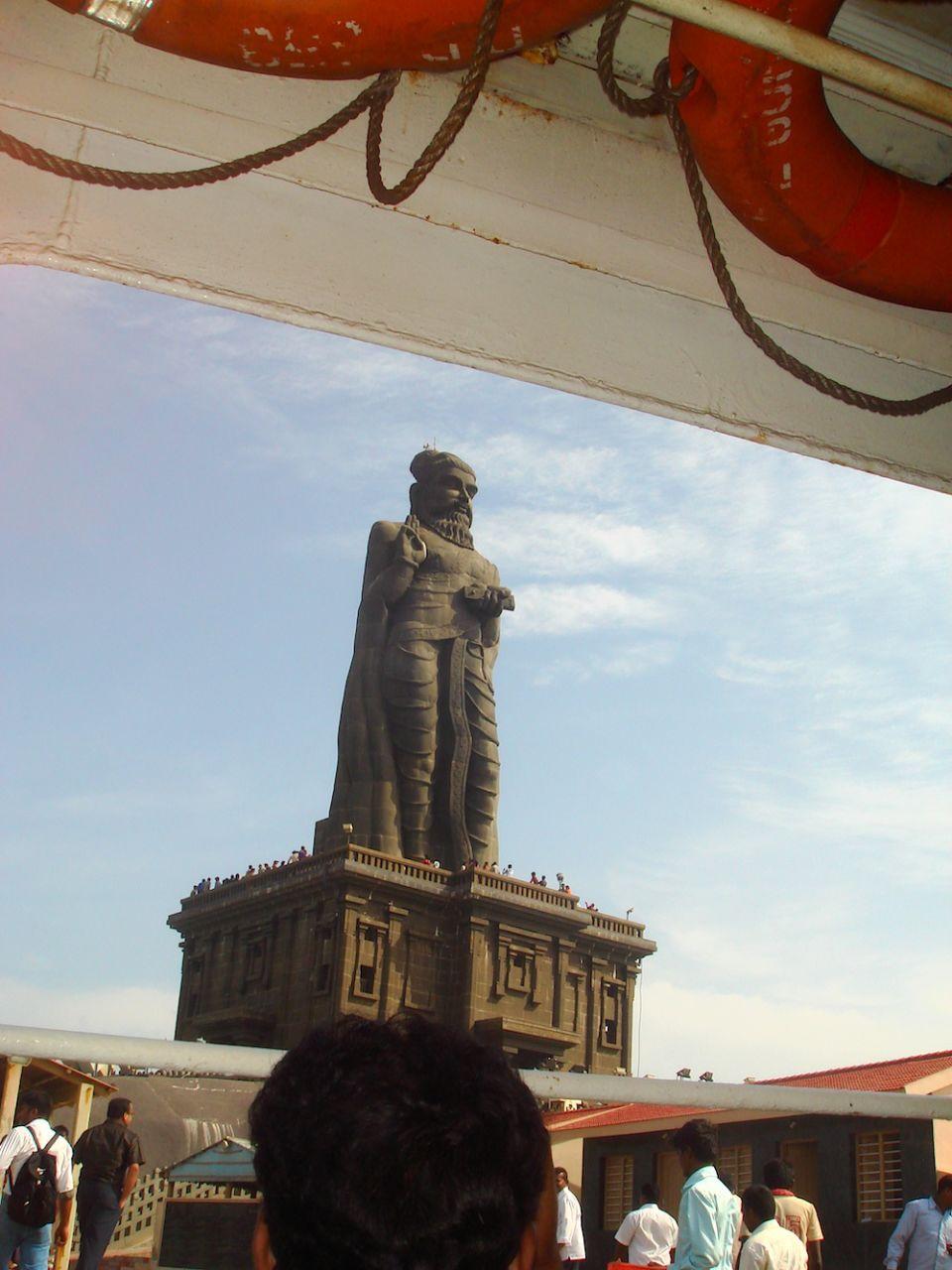 Widok z łajby na rzeźbę poety tamilskiego