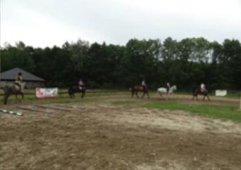 Zdjęcie przedstawia jedną ze wspólnych jazd na obozie. Na zdjęciu jadę po lewej stronie na Emmie.