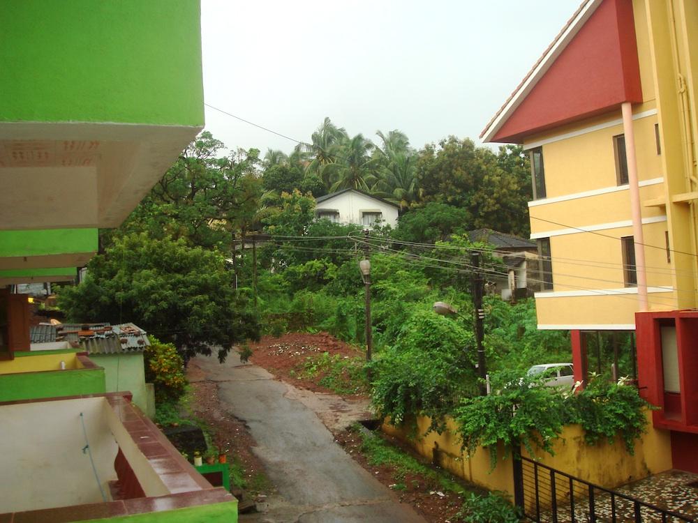 Widok z okna naszego hostelu na Goa