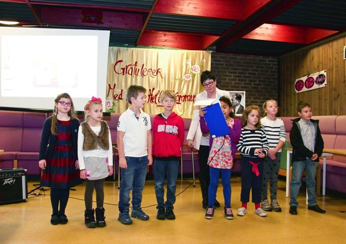 Uczniowie podczas uroczystości  nadania szkole imienia Jana Brzechwy