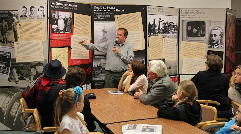 Jerzy Krzywonos prowadzący młodzież ścieżkami historii