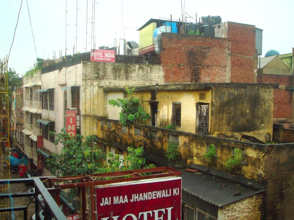Widok z okna hotelowego na ulicę