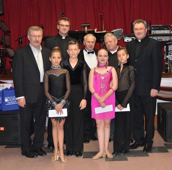 Od lewej: Waldemar Rakowicz, ks. Dariusz Plicharz, Jozef Palka, Ryszrd Maks, ks. Widold Mroziewski i tancerze