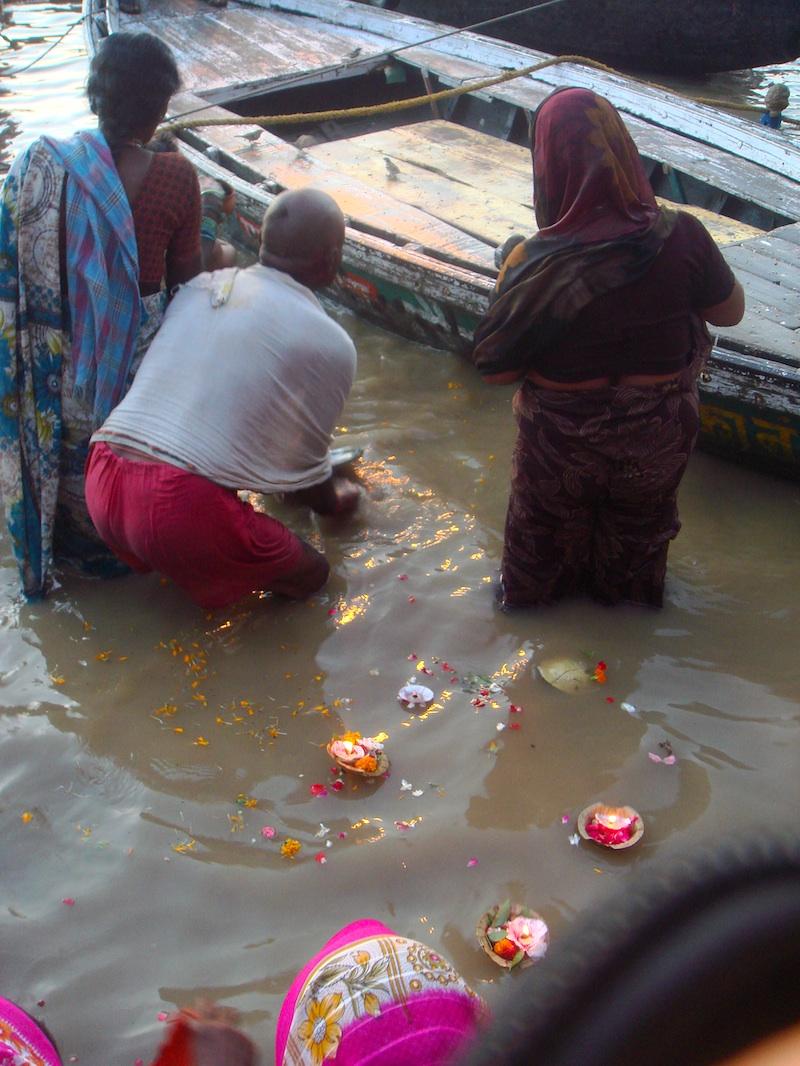 Pielgrzymi puszczają pudzę bóstwu wody