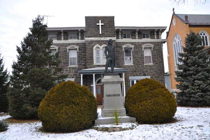 Pomnik Kościuszki przy kościele