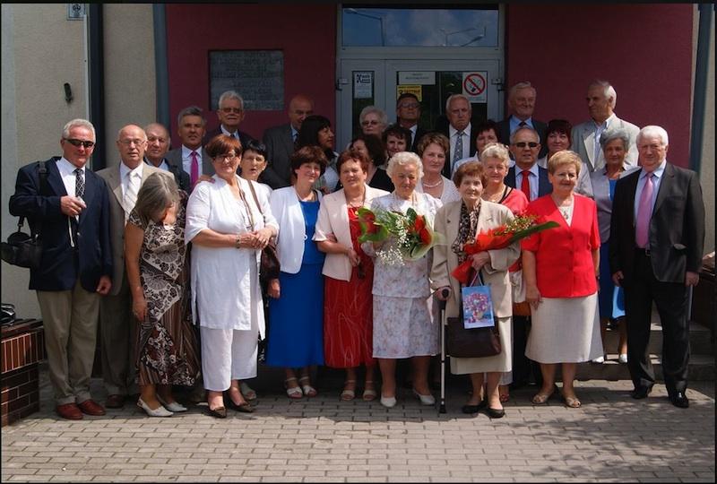 Pamiątkowe zdjęcie absolwentów Liceum Pedagogicznego, rocznik 1967, Ostrołęka, czerwiec 2012. Profesor Jerzy Dziewirski stoi trzeci od lewej strony.