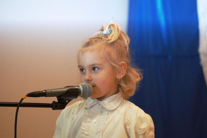Isabella, jedna z laureatek bostońskiego konkursu w najmłodszych grupach, na scenie