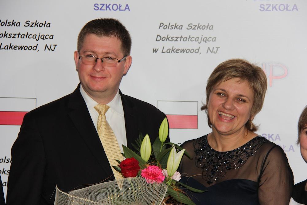 Konsul Mateusz Stąsiek i dyrektor szkoły Katarzyna Pawka