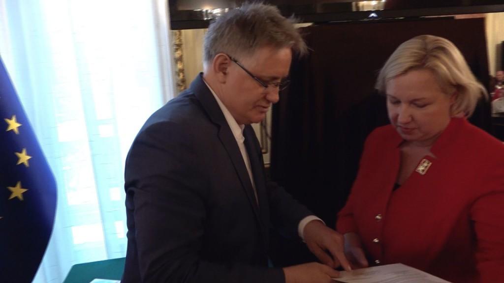 Andrzej Cierkosz, prezes Fundacji Dobra Polska Szkoła i Konsul Urszula Gacek podpisują tekst proklamacji.