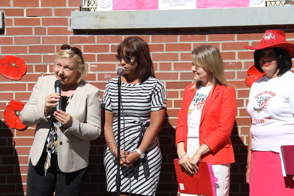 Od lewej stoją Konsul Generalna Urszula Gacek, dyrektor szkoły PS71 Indiana Soto, Marta Kustek red. naczelna portalu DobraPolskaSzkola.com i Barbara Falkowska, nauczycielka PS71