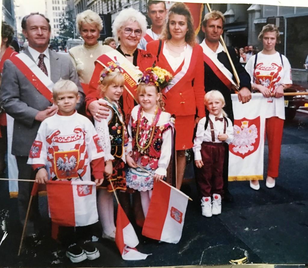 Pani Wanda prowadzi kontyngent Ocean County na paradzie Pułaskiego 1997