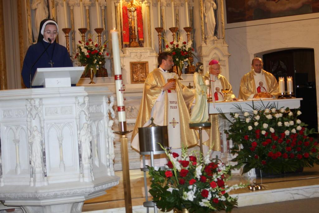 Ks bp J. Wysocki oraz o.Łatkowski przy ołtarzu