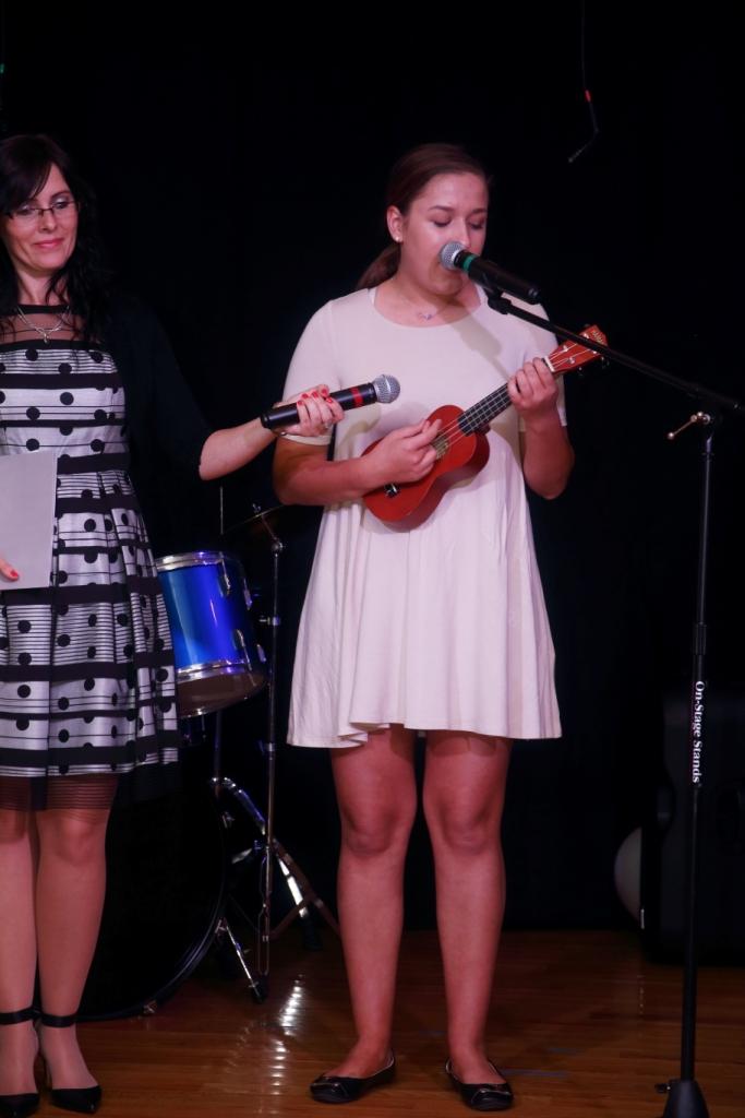 Artystka z Salem na ukulele